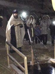 После вечернего богослужения от Никольского храма в Рощино совершен крестный ход к купели на Рощинском озере