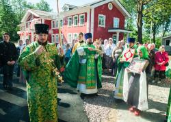 Престольный праздник встретили в храме святого Иоанна Кронштадтского поселка Колтуши богослужением и первым совещанием епархиального Молодежного отдела в новом здании