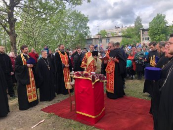 Епископ Выборгский и Приозерский Игнатий совершил освящение креста и окропление купола строящегося храма Смоленской иконы Божией Матери п. Лесколово